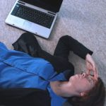 Photo frustrated woman on floor with laptop